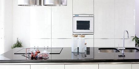 Kök med en diskbänk av sten