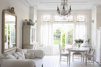 Klassiskt inrett rum med möbler i rustikt trä i vitt