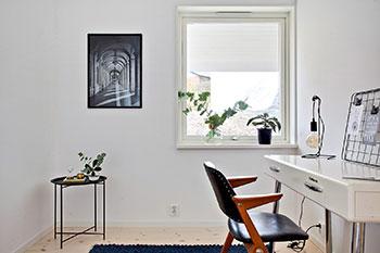 Inspiration för att inreda kontor. Kontor med vita väggar och svart stol, tavla på väggen och vitt skrivbord.