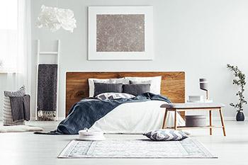 Skandinaviskt inrett rum med vitt och detaljer i färg.